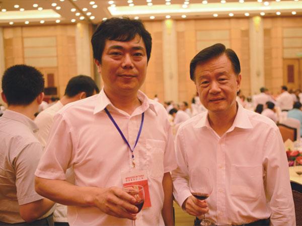 全国政协常委许荣茂(右)与蒋金星董事长合影