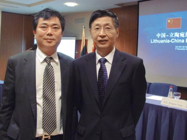 驻立陶宛大使佟明涛(右)与蒋金星董事长合影