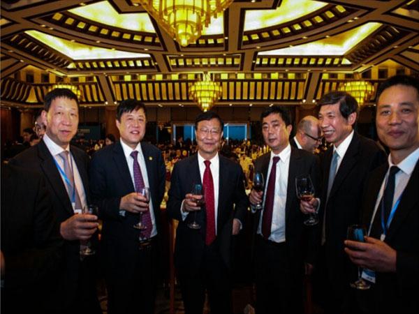 大唐集团陈进行(左三)与蒋金星董事长(右三)合影